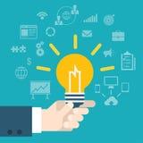 Mão moderna da inovação da ideia do estilo liso que mantém a lâmpada infographic Fotografia de Stock Royalty Free