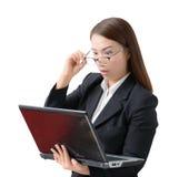 Mão nova amedrontada e forçada da mulher de negócio que guarda o vidro Fotos de Stock