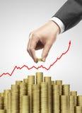 A mão pôs moedas de ouro Imagem de Stock