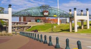 11mo puente de la calle sobre Route 66 en Tulsa Oklahoma - TULSA - OKLAHOMA - 17 de octubre de 2017 Foto de archivo libre de regalías