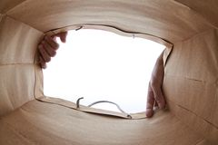 Mão que abre o saco de papel marrom Imagem de Stock Royalty Free