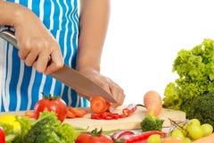 Mão que corta um alimento saudável Imagens de Stock
