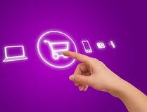 Mão que escolhe o símbolo do carro de compra Imagem de Stock Royalty Free