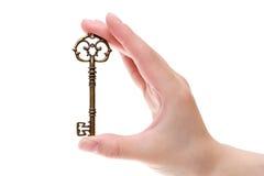 Mão que guarda a chave antiga Foto de Stock Royalty Free
