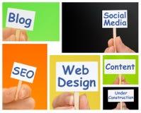 Mão que guarda sinais pequenos com texto do design web Imagens de Stock