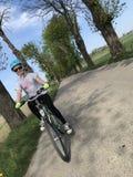 Mo?a que monta uma bicicleta no campo polon?s foto de stock royalty free