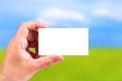 Mão que prende um cartão Imagens de Stock