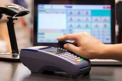 Mão que Swiping o cartão de crédito Imagem de Stock