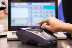 Mão que Swiping o cartão de crédito Foto de Stock Royalty Free