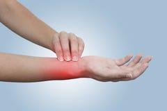 Mão que toma o pulso radial da artéria Imagem de Stock