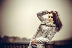 Moça bonita exterior na ponte velha Imagens de Stock Royalty Free