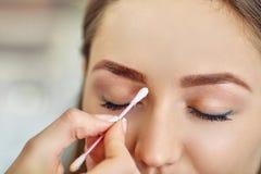 A moça bonita tingiu suas sobrancelhas em um salão de beleza Fotos de Stock Royalty Free