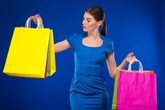 Moça com pacotes Fotografia de Stock