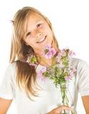 Moça com t-shirt e as flores brancos Fotografia de Stock Royalty Free