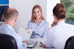 A moça dá seu CV Imagens de Stock Royalty Free