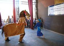 Moça na dança egípcia do folclore tradicional da dança do traje Fotografia de Stock