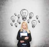 Moça que guarda os livros de nota, bulbos tirados em torno dela Imagem de Stock Royalty Free
