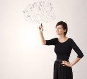 Moça que tira e que skteching linhas abstratas Foto de Stock Royalty Free