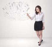 Moça que tira e que skteching linhas abstratas Fotografia de Stock