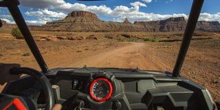 Moab со следа дороги с взглядом поражая каньонов стоковые изображения rf