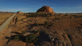 Moab woestijn Utah - Hommel Luchthd Video het vliegen benadering van kleurrijke monolithische rotsen stock videobeelden