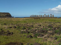 Moai行由海岸的 免版税图库摄影