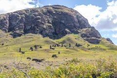 Moai雕象被雕刻的Rano Raraku火山猎物-复活节岛,智利 图库摄影
