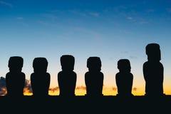 Moai στάσης δεκαπέντε σε Ahu Tongariki ενάντια στο δραματικό ουρανό ανατολής στο νησί Πάσχας Στοκ Φωτογραφία