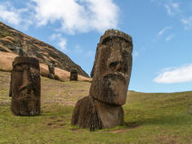 2 Moai на фронте Стоковые Фото