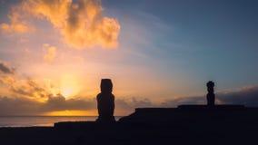 Moai av Ahu Tahai i Hanga Roa, huvudstad av påskön under solnedgång royaltyfria foton