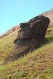 Moai bij de steengroeve van Rano Raraku op het Eiland van Pasen, Chili royalty-vrije stock afbeeldingen