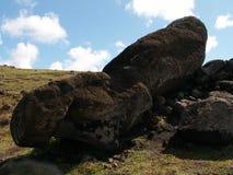 Moai caido Imagen de archivo libre de regalías