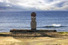 Moai con gli occhi bianchi con il mare nel fondo Immagini Stock Libere da Diritti