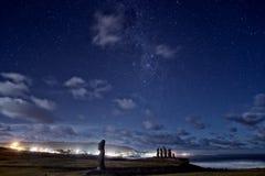 Moai för påskö statyer under stjärnorna Royaltyfri Foto