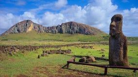 Moai Ha'ere Ki Haho z wulkanem Rano Raraku w tle, Wielkanocna wyspa, Chile Obraz Royalty Free