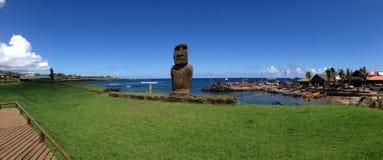 Moai i Hanga Roa panorama royaltyfria bilder