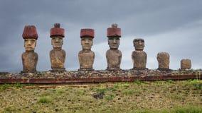 Moai na Ahu Nau Nau ceremonialnej platformie przy Anakena plażą dalej Zdjęcia Royalty Free