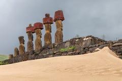 Moai na Ahu Nau Nau ceremonialnej platformie przy Anakena plażą dalej Zdjęcie Stock