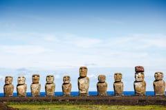 Moai na Ahu Tongariki przeciw niebieskiemu niebu w Wielkanocnej wyspie Fotografia Royalty Free
