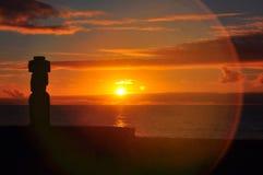 Moai solitaire sur l'île de Pâques au coucher du soleil Photographie stock libre de droits