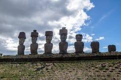 Moai statuy Ahu Nau Nau jest ubranym topknots blisko Anakena plaży - Wielkanocna wyspa, Chile Zdjęcie Stock