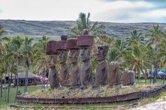 Moai statuy Ahu Nau Nau jest ubranym topknots blisko Anakena plaży - Wielkanocna wyspa, Chile Zdjęcia Royalty Free