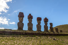 Moai statuy Ahu Nau Nau jest ubranym topknots blisko Anakena plaży - Wielkanocna wyspa, Chile Fotografia Stock
