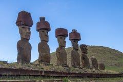 Moai statyer av Ahu Nau Nau bärande hårknutar nära den Anakena stranden - påskö, Chile Royaltyfri Bild