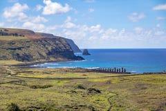 Moai statyer av den Ahu Tongariki sikten från Rano Raraku Volcano - påskö, Chile royaltyfria foton