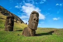 Moai statyer i Rano Raraku Volcano i påskön, Chile Arkivfoton