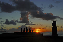 Moai stenstatyer på solnedgången - påskö Arkivfoto