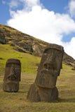 Moai su Rano Raraku, isola di pasqua Immagine Stock