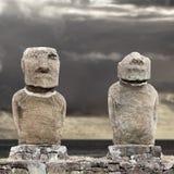 Moai två i påskön mot den gråa skyen Arkivfoton