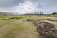 Moai vijftien van Tongariki in de afstand royalty-vrije stock foto's